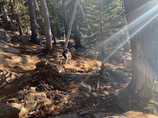 Mountain Bike en Tahoe - Abundantes Rocas y Árboles
