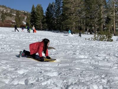 Niña deslizándose en la nieve en Tahoe